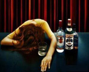 Elle boit pour oublier